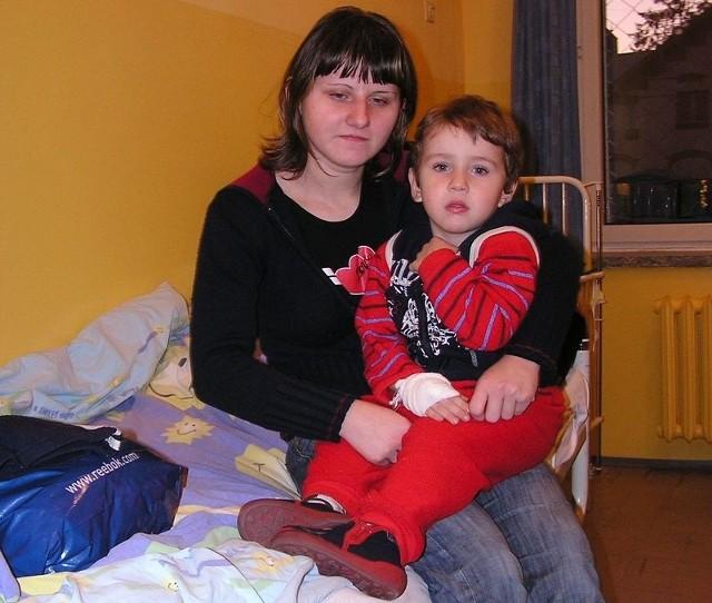 Magda Ozga-Mestek z synem Piotrem na oddziale dziecięcym miasteckiego szpitala.