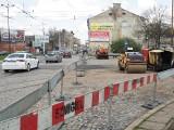 Zamieszanie na skrzyżowaniu ulic Przybyszewskiego i Kilińskiego. Kierowcy jadą chodnikiem. Akcja policji