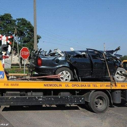 Kierowca wjechał na niestrzeżony przejazd na czerwonym świetle, a urządzenia ostrzegawcze były sprawne - wynika z ustaleń kolei.