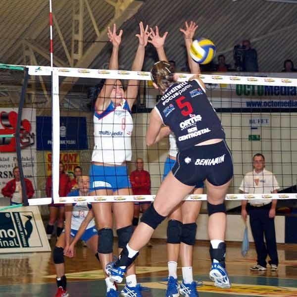 Mielecka młodzież gra coraz odważniej. Dorota Wilk (z nr 8) blokuje Karolinę Ciaszkiewicz