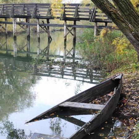 To miejsce na zapleczu starego miasta mogłoby być pięknym terenem spacerowym, wszak po drugiej stronie rzeki jest podstawówka, gimnazjum i cmentarz; wciąż tędy chodzą ludzie. Ale nie jest...