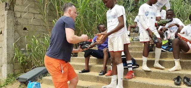 Tadeusz Maziarz pierwsze 40 par butów zawiózł już do Kamerunu. Pozostałe czekają na wysyłkę do AfrykiZobacz kolejne zdjęcia. Przesuwaj zdjęcia w prawo - naciśnij strzałkę lub przycisk NASTĘPNE