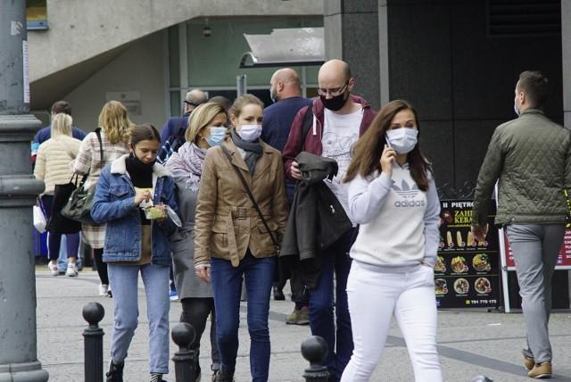 Podczas środowej konferencji prasowej minister zdrowia Adam Niedzielski przedstawił nowe zmiany w obostrzeniach. Ze względu na trzecią falę pandemii niektóre obostrzenia zostaną zaostrzone. Wprowadzone zostanie ograniczenie ruchu na granicach oraz obowiązek noszenia tylko i wyłącznie maseczek. Zobacz najważniejsze zmiany w obostrzeniach ---->