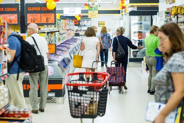 Agencja marketingowa ASM Sales Force ponownie dokonała analizy średniej wartości koszyka zakupowego w najpopularniejszych w Polsce sieciach handlowych. Zasadniczo eksperci dostrzegają dużą konkurencję między marketami, co przekłada się na niższe ceny. Względem czerwca 2020 roku ceny spadły aż o 13,06 procent. Który zatem sklep jest najtańszy w Polsce? Wbrew pozorom nie jest to Biedronka ani Lidl. Poznajcie ranking w galerii!Czytaj dalej. Przesuwaj zdjęcia w prawo - naciśnij strzałkę lub przycisk NASTĘPNE