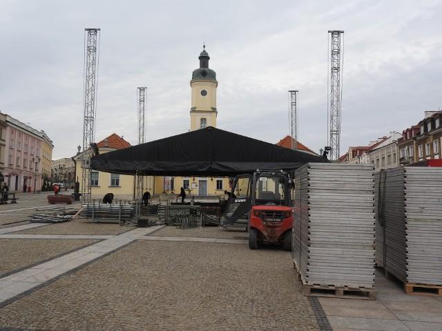 Trwa budowa sceny na Rynku Kościuszki