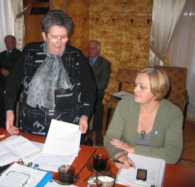 Jest to panie wójcie kartka, bez pieczątki, kto to przysłał, kto to wysłał – wytykała Marianowi Grzegorzkowi, wójtowi Gorzyc radna Wrzaw Maria Wydra. (od lewej).
