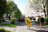 Białystok: Pożar i wybuch w mieszkaniu w bloku na Piasta. 68-latek schował się w wannie. Był reanimowany, niestety zmarł (zdjęcia)