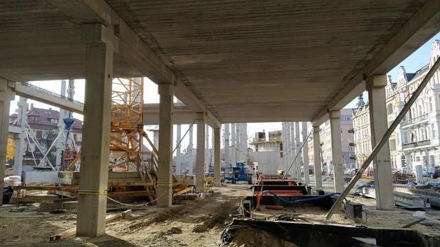 Centrum przesiadkowe Opole Główne. Układanie betonowych belek na pierwszym poziomie parkingu