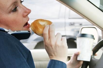 Jedzenie i picie w czasie jazdy rozprasza uwagę kierowcy bardziej niż rozmowa przez telefon.