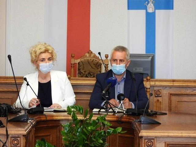 Burmistrz Tadeusz Kowalski na konferencji prasowej po informacji, że Geotrans chce wybudować w Tucholi kompostownię.