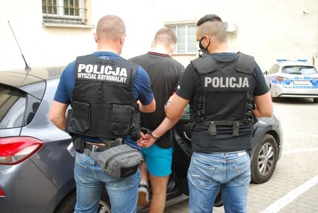 Policjanci doprowadzają jednego z podejrzanych do sądu
