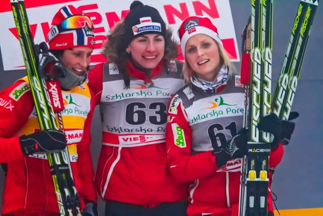 Tak było w Jakuszycach dwa lata temu. Justyna Kowalczyk szykuje się tam do weekendowych biegów PŚ, a Marit Bjoergen (z lewej) i Therese Johaug walczyły wczoraj o mistrzostwo Norwegii.