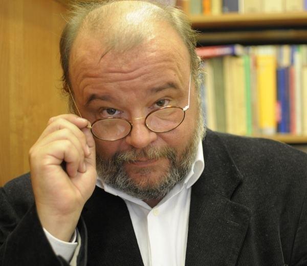 """Paweł Huelle (ur. 1957) debiutował """"Weiserem Dawidkiem"""", przez krytykę obwołanym najważniejszą polską powieścią lat 80.  Laureat Nagrody im. Kościelskich, dwa razy nominowany do Nike, tłumaczony na wiele języków."""