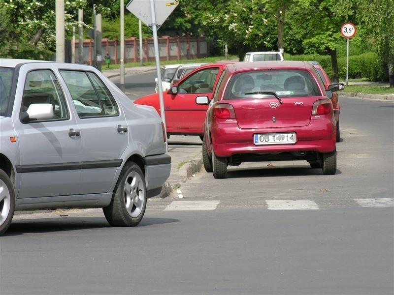 Tak parkuje sie w Brzegu. Zobacz gdzie zostawiają samochody...
