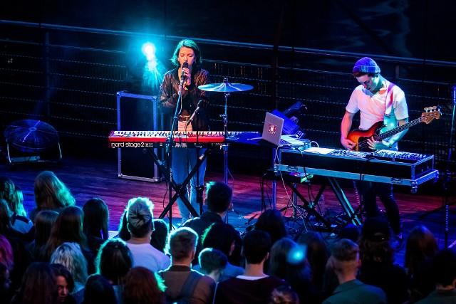 The Dumplings tworzy duet dwojga bardzo zdolnych młodych ludzi: Justyna Święs i Kuba Karaś.