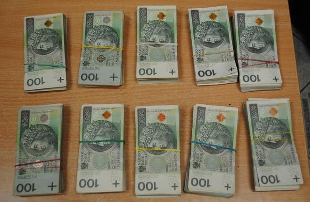100 tys. złotych, zapakowane w zwykłą reklamówkę, próbował przewieźć z Ukrainy do Polski, 42-letni kierowca ukraińskiej ciężarówki.
