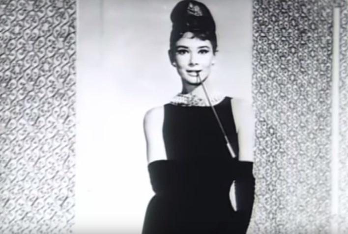 """Audrey Hepburn i jej słynne uczesanie z filmu """"Śniadanie u..."""