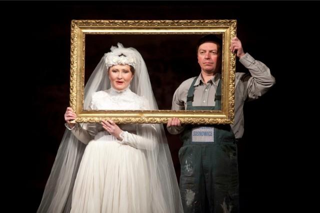 """Teatr Zagłębia po raz ostatni prezentuje spektakl """"Korzeniec"""" w reżyserii Remigiusza Brzyka, zrealizowany na podstawie powieści Zbigniewa Białasa. To jedno z najgłośniejszych w ostatnich latach przedstawień zrealizowanych w Sosnowcu."""