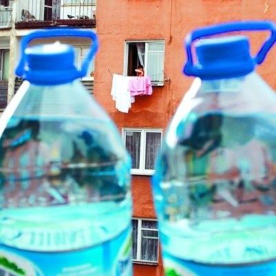 """Dwie 5-litrówki wody - mniej więcej tyle zużywa dziennie małżeństwo """"rekordzistów"""" z Łomży. Płacą miesięcznie 6-7 zł za wodę. Na drugim biegunie znajduje się samotna starsza pani, której rachunki nie schodzą poniżej 100 zł."""