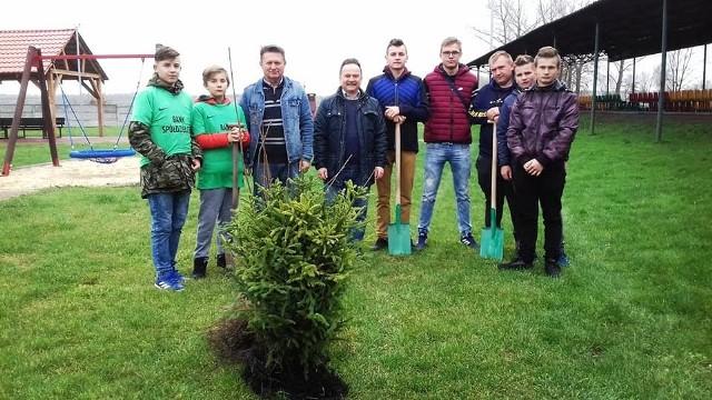 W sadzeniu drzew na terenie Skalbmierza wzięli udział uczniowie i nauczyciele z Zespołu Szkół i szkoły podstawowej. Pomagali również samorządowcy