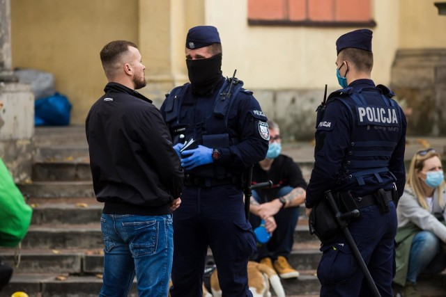 Mandat za brak maseczki jest już zgodny z prawem. Za nieprzestrzeganie zasad zasłaniania ust i nosa policja może nałożyć mandat w wysokości nawet 500 zł.