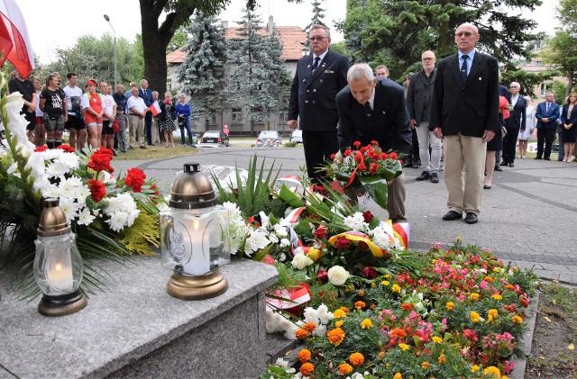 Z okazji 77. rocznicy wybuchu Powstania Warszawskiego w Inowrocławiu symboliczna uroczystość odbyła się pod pomnikiem ku czci żołnierzy Armii Krajowej na Skwerze Sybiraków
