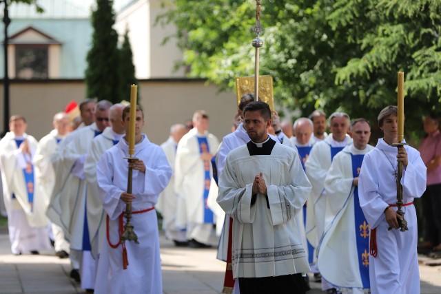 Uroczysta procesja przed Sumą Odpustową w Bazylice Katedralnej w Kielcach.