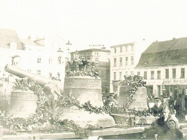 Ostatnie lata II wojny światowej. Na rynku ustawiono dzwony zdjęte z katedry. Te widoczne na fotografii zostały przetopione