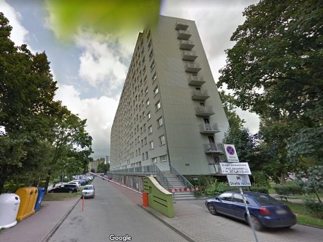 Strażacy otwierali mieszkanie w bloku przy ul. Powstańców Śląskich po wezwaniu do starszej osoby, z którą nie było kontaktu