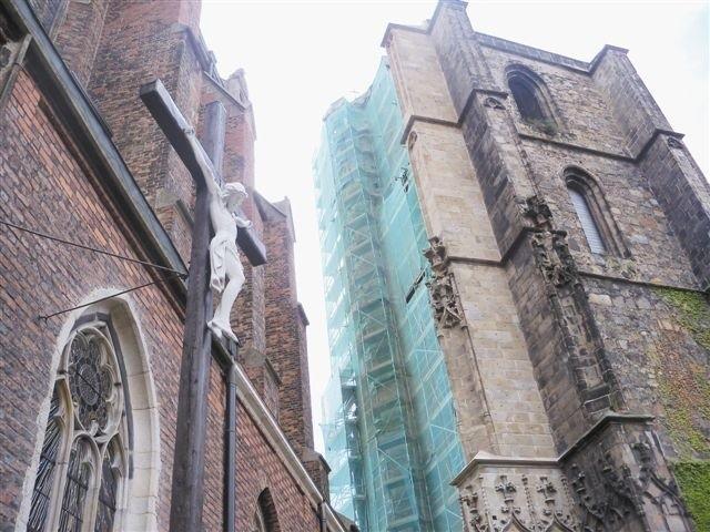 Jedną ścianę dzwonnicy proboszcz wyremontował z gminnej dotacji, drugą przy wsparciu ministerstwa. (fot. Klaudia Bochenek)