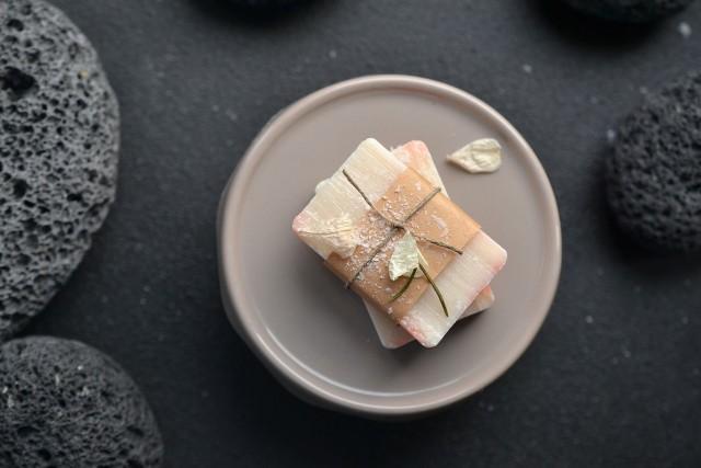 Szare mydło polecane jest dla osób z cerą wrażliwą i ze skłonnością do przetłuszczania się.