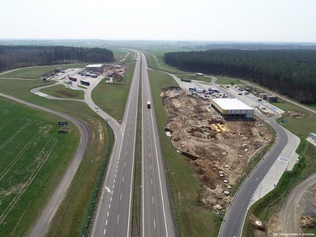 Kierowcy podróżujący drogą ekspresową S3 mają do dyspozycji miejsca obsługi podróżnych.