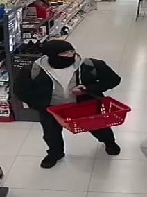 Policja w Bydgoszczy poszukuje mężczyzn, których wizerunki zarejestrowały kamery w sklepie