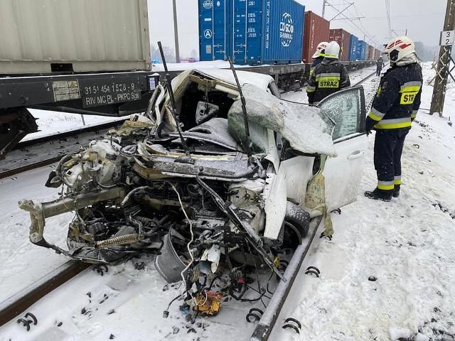Kierująca pojazdem trafiła pod opiekę zespołu ratownictwa medycznego, który przetransportował ją do szpitala na szczegółowe badania
