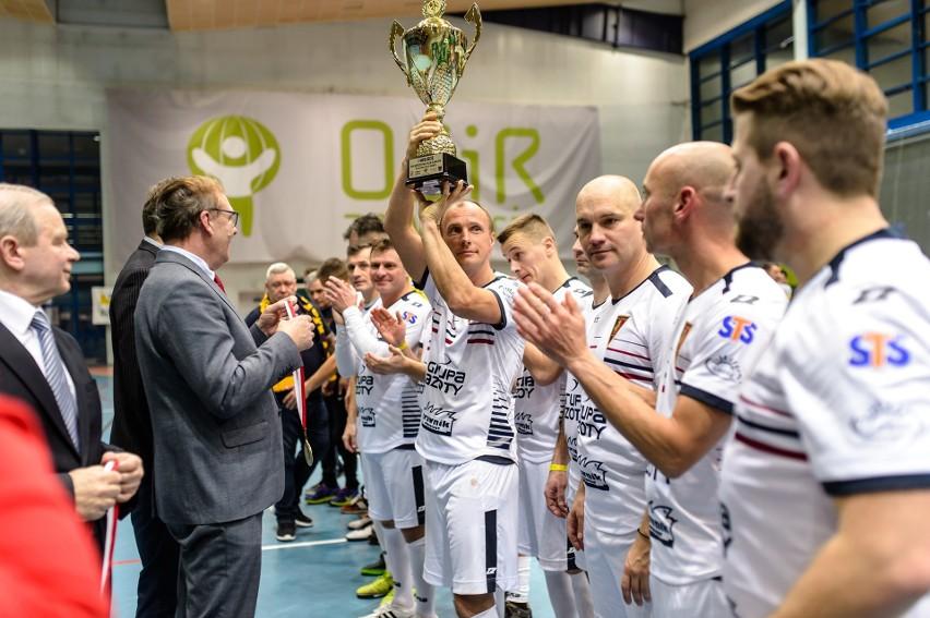 Olgierd Moskalewicz z pucharem za zwycięstwo w 30. Mistrzostwach Polski Oldbojów