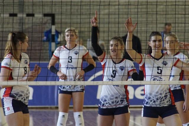 Energetyczne dziewczyny do hali przy ul. Spychalskiego tym razem zapraszają swoich kibiców dwukrotnie - w sobotę o godz. 14 i w niedzielę o godz. 12