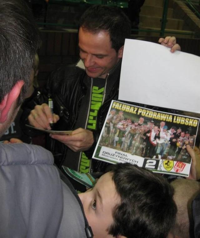 Piotr Protasiewicz cierpliwie rozdawał autografy i przyznał, że takie spotkania dają mu znacznie więcej radości niż bale