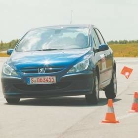 Zachowania się w krytycznych sytuacjach na drodze można się nauczyć na specjalnych kursach, w profesjonalnych szkołach