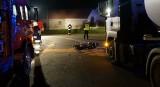 Ciężki wypadek motocyklisty w Parzymiechach. Uderzył czołowo w cysternę. Gdzie są świadkowie WIDEO