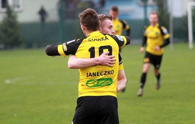 Mateusz Janeczko (odwrócony tyłem) strzelił gola na 1:0, później zszedł z boiska z czerwoną kartką