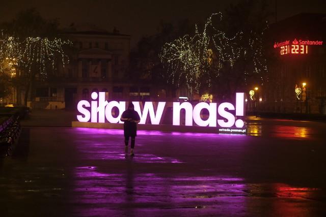 """""""Siła w nas!"""" - neon z takim hasłem pojawił się na placu Wolności. Dlaczego tam się znalazł i co oznacza? Estrada Poznańska, która jest inicjatorem neonu zapowiada, że tego dowiemy się 28 grudnia. Zobacz więcej zdjęć --->"""