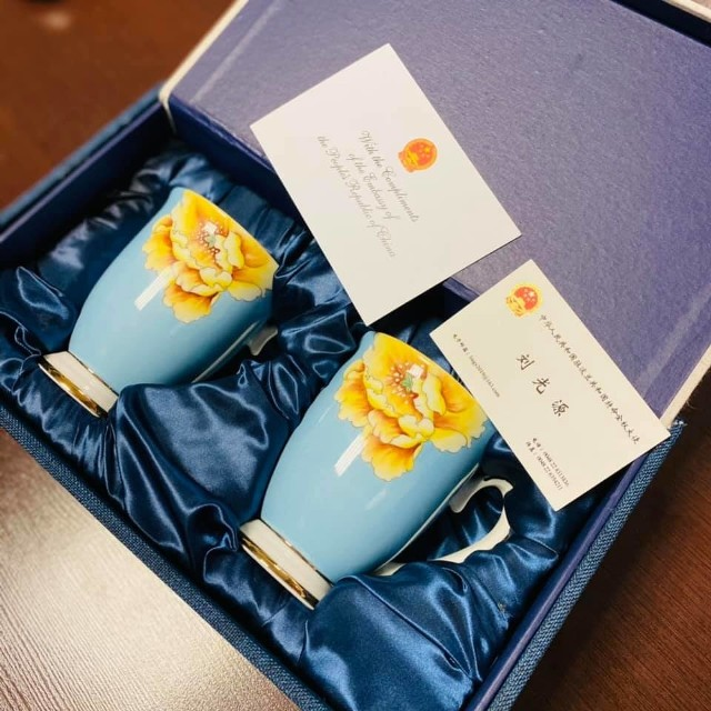 Dwa kubki z porcelany w stylu chińskim. Na licytację przekazał je Pan Liu Guangyuan – Ambasador Chińskiej Republiki Ludowej w Rzeczypospolitej Polskiej.Motywy kwiatowe oraz złote wykończenia, które zdobią kubki, podkreślają dbałość o każdy szczegół wykonania. Kubki zapakowane są w eleganckie pudełko, co umożliwia ich piękną ekspozycję.