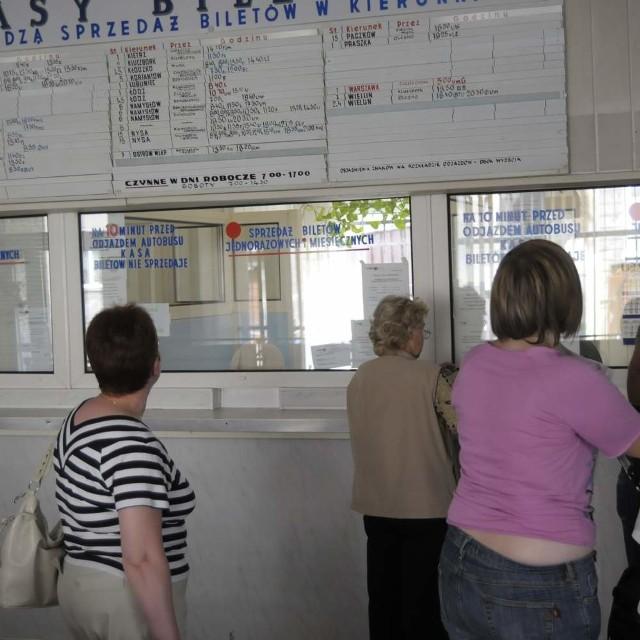 Informacji o rozkładzie jazdy w kasie opolskiego PKS-u nie uzyskamy. W internecie będzie, ale dopiero za tydzień.
