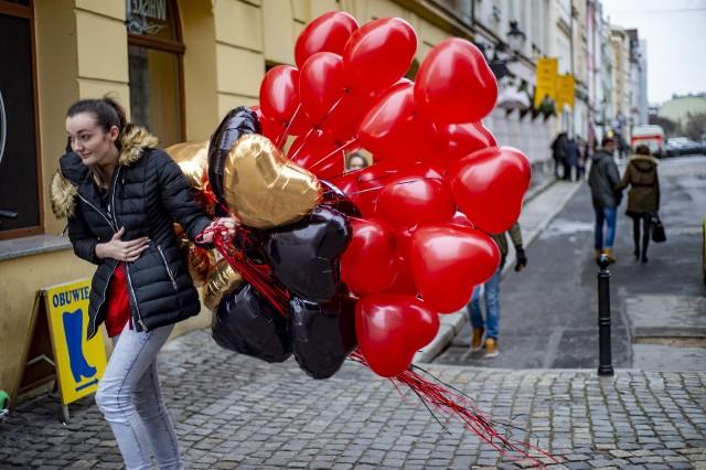 Poznaniacy świętują dzień Św. Walentego, patrona zakochanych. Ulice, kawiarnie i cukiernie pełne są czerwonych serduszek i bukietów kwiatów. Zobacz, jak swoje święto celebrują zakochani z Poznania! --->