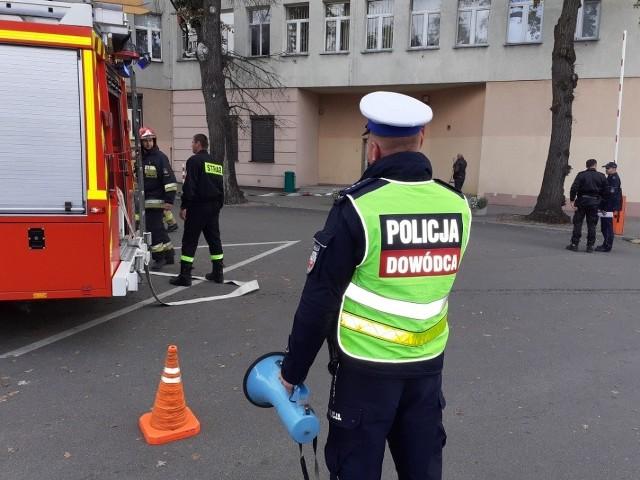 Próba zatrucia ujęcia wody, bomba w urzędzie i podpalenie budynku sanepidu przez wściekłego interesanta - to scenariusze ćwiczeń z cyklu Kobra 2019, które w ostatnich dniach odbyły się w kilku miastach naszego regionu. W przyszłym tygodniu przeprowadzone zostaną również w Toruniu.CZYTAJ DALEJ >>>>>Zobacz także: Nowe zasady kontroli aut przez policję [ZOBACZ]