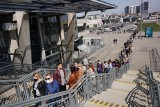 W niedzielę przed stadionem przy Bułgarskiej znów stoi długa kolejka chętnych do zakupu roślin doniczkowych. Dystansu nikt tu nie trzyma