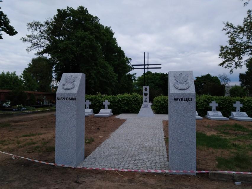 Cmentarz Komunalny - Kwatera Żołnierzy Niezłomnych. IPN...