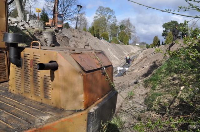 Prace przy nowym przepuście na Wilczym Kanale na terenie cmentarzaFot.