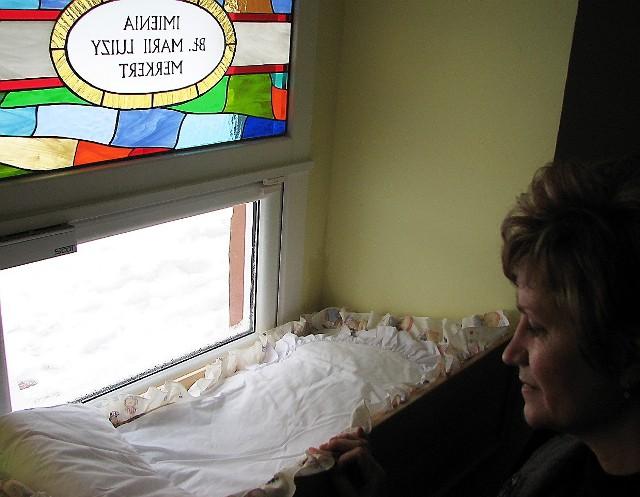 Do tego łóżeczka włożony został przez okno chłopczyk, któremu siostry elżbietanki nadały imię Paweł.