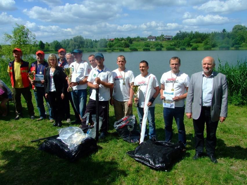 Trzy zwycięskie zespoły na brzegu zbiornika Glinianka-Iwno